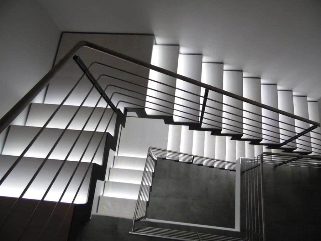 escalier sur mesure avec une rampe en métal