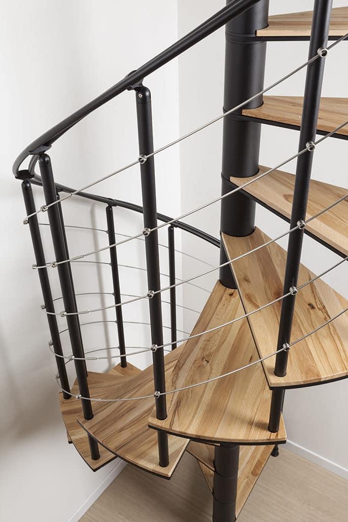 escalier design en bois et garde corps en inox