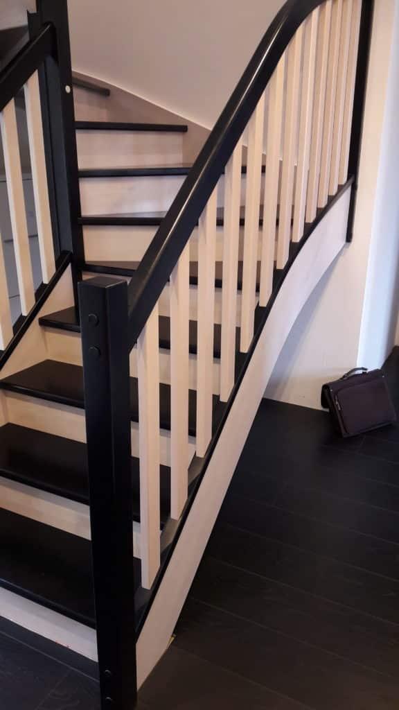 escalier quart tournant noir et en bois