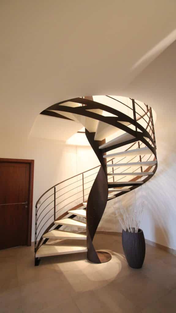 escalier hélicoidal en métal avec marche en bois