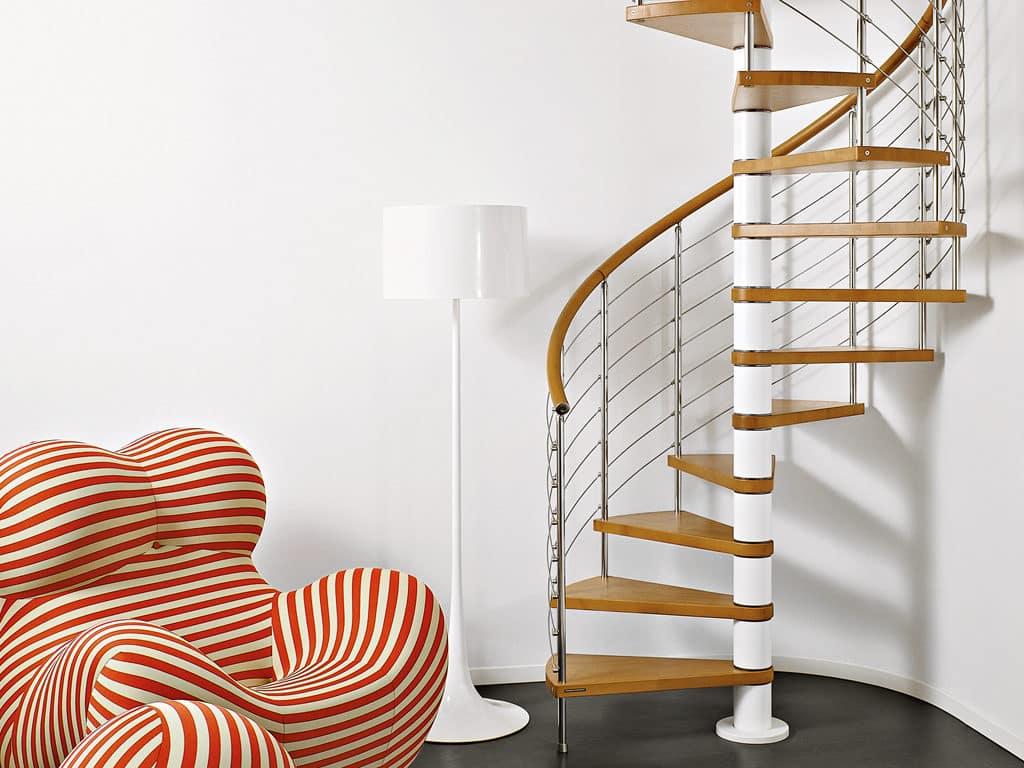 escalier design avec limon central en métal et marches en bois