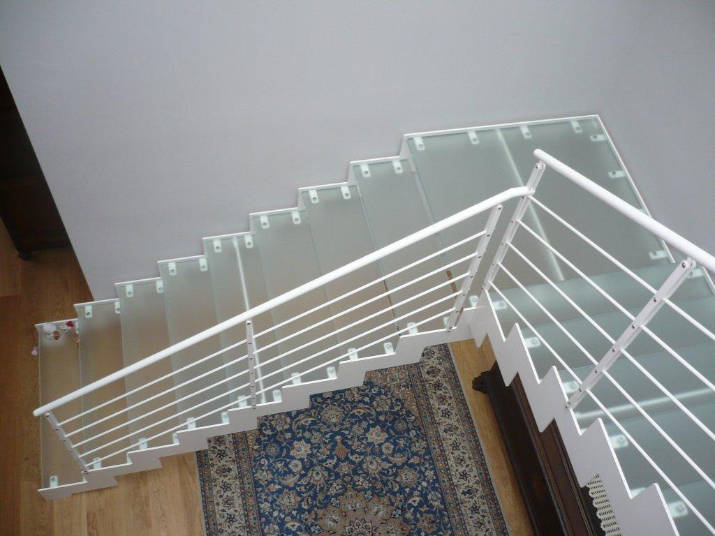 escalier quart tournant avec marche en verre et rambarde en métal