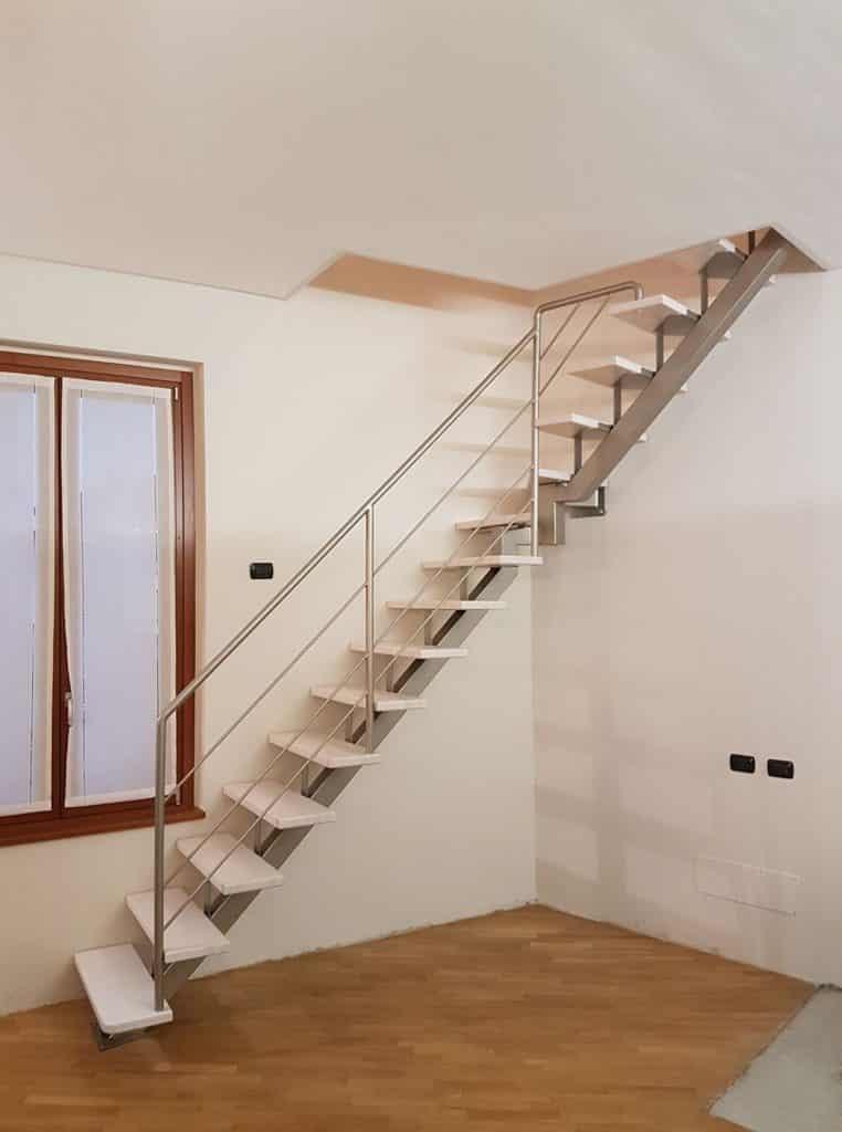 escalier droit en métallique et marche en bois