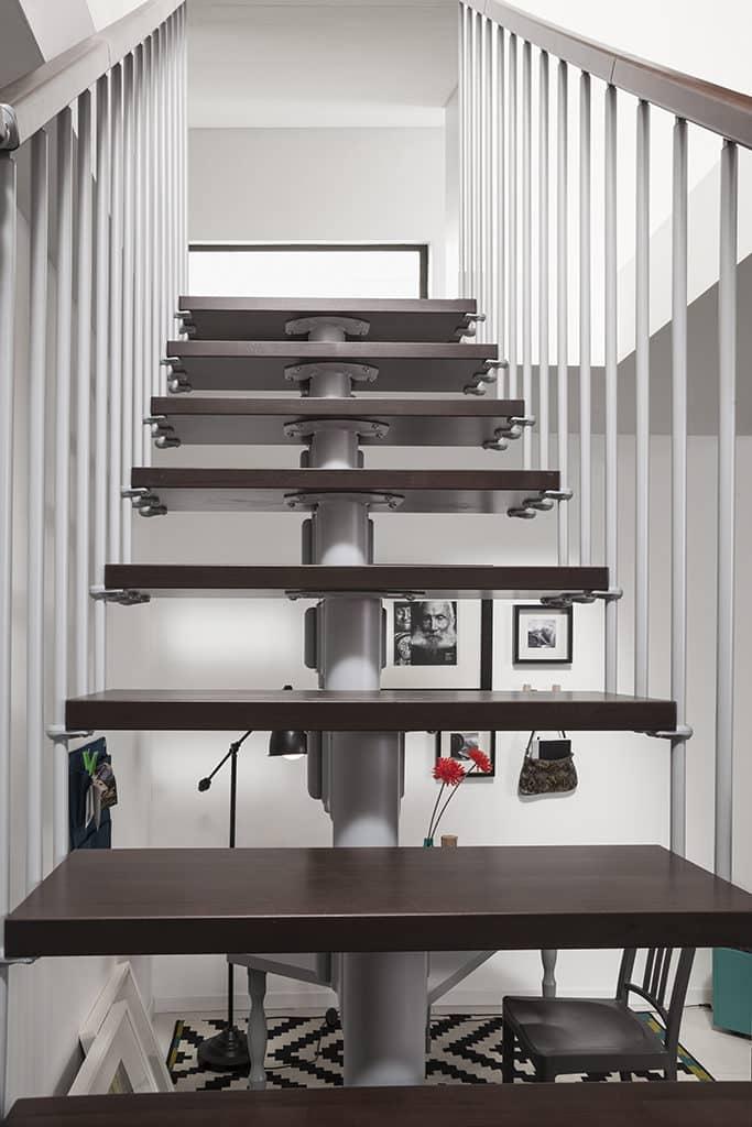 escalier en bois et rambarde en métal blanche