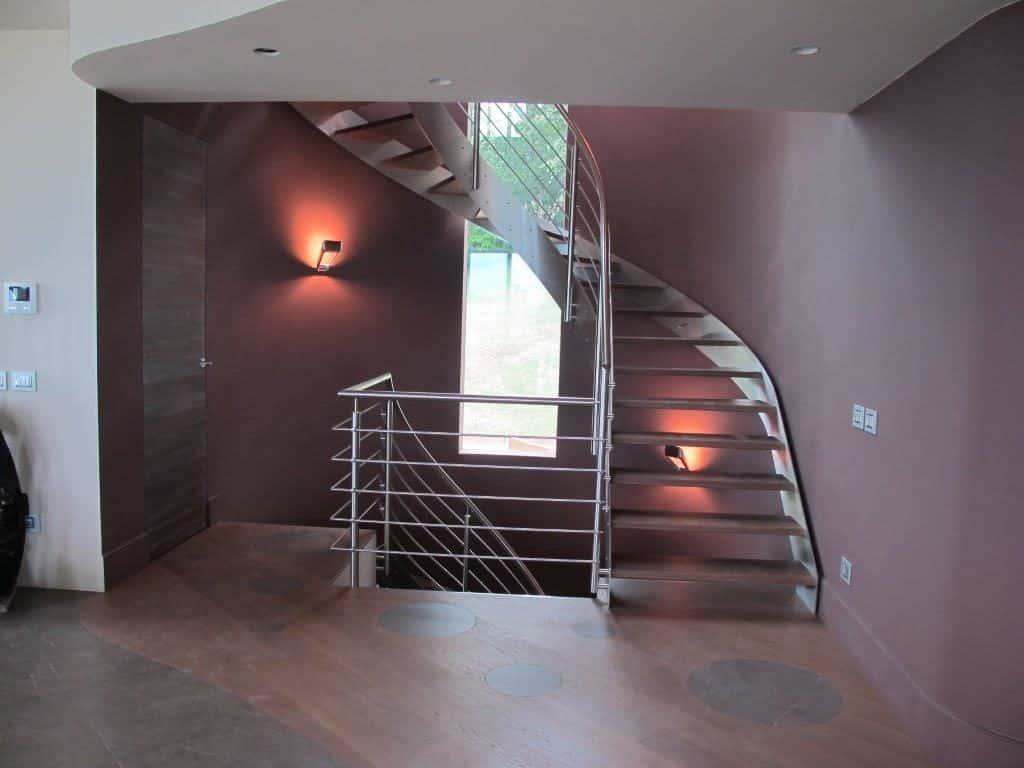 escalier tournant en bois et métal