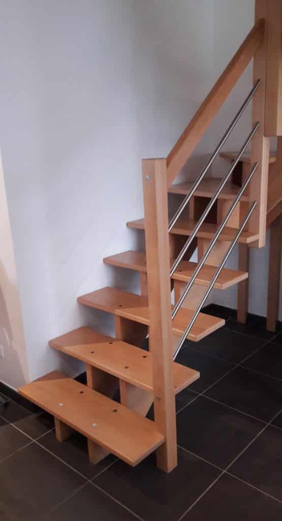 escalier en bois avec rambarde en inox très épuré