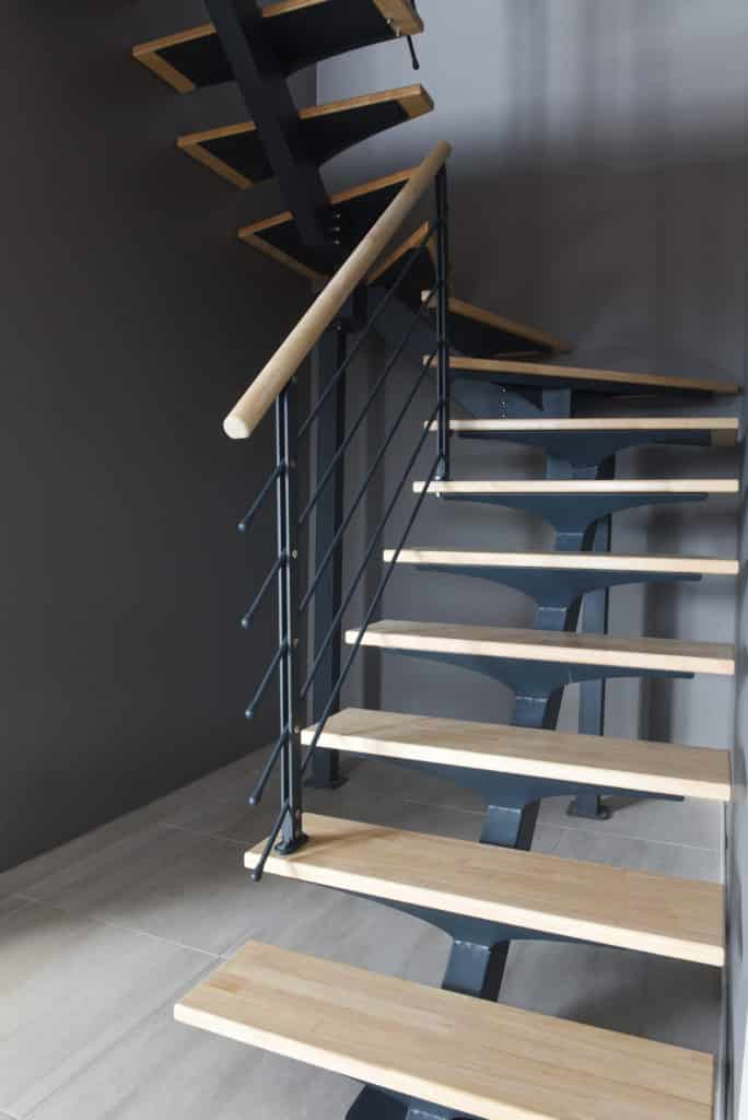 escalier moderne en métal avec marche en bois