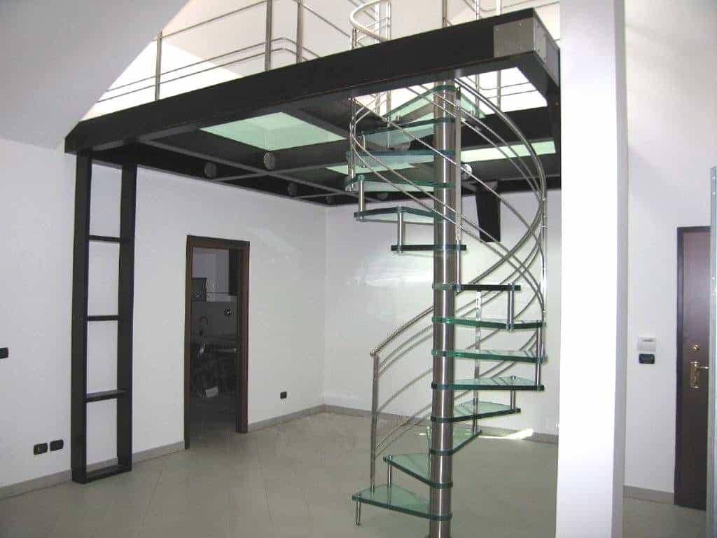 escalier tournant en verre et rambarde en inox
