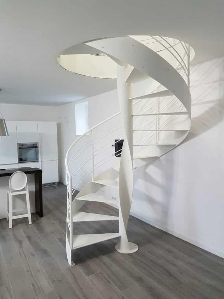 escalier hélicoidal blanc en métal