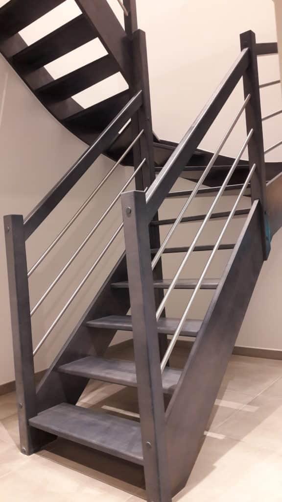 escalier avec marche en bois et balustrade en inox