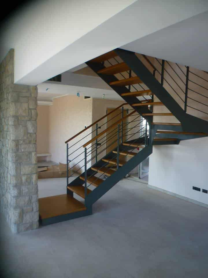 escalier design en métal avec marche en bois