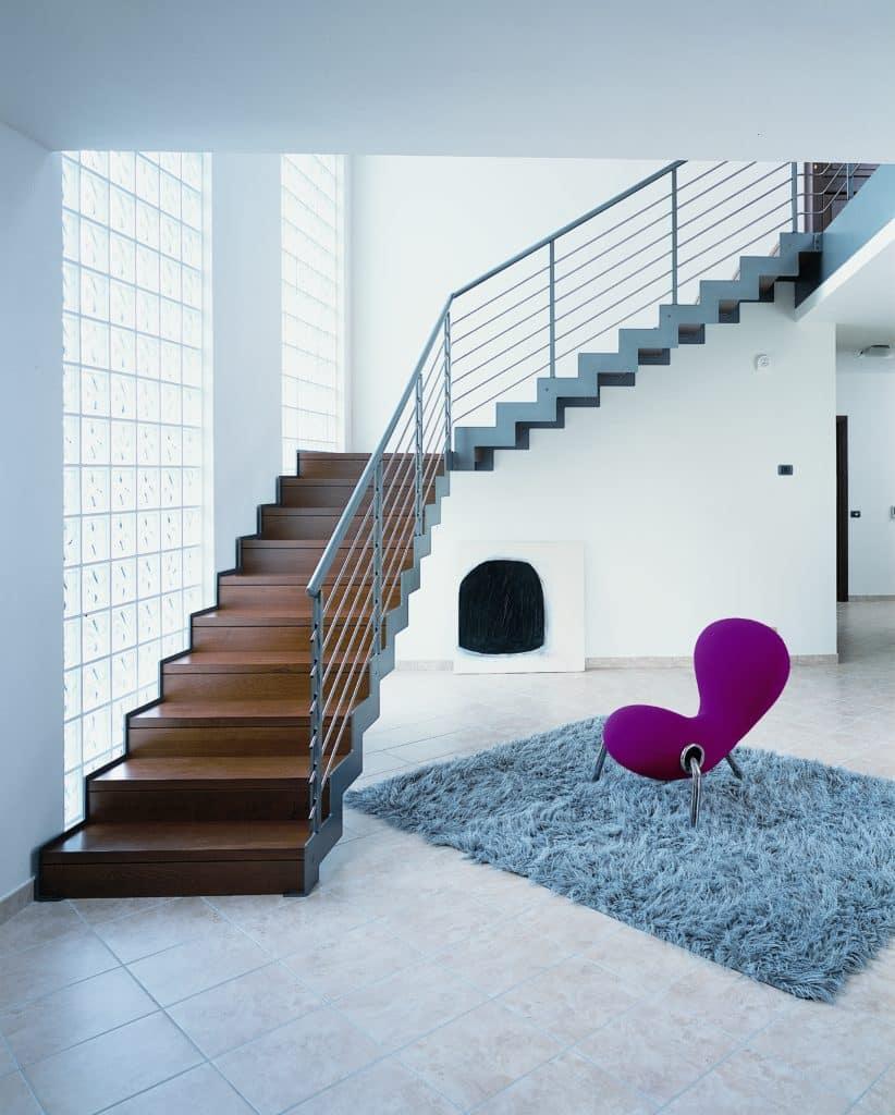 escalier design en bois avec structure et rampe en métal