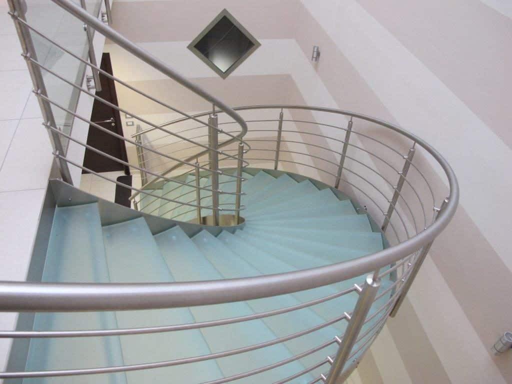 escalier moderne d'intérieur en verre