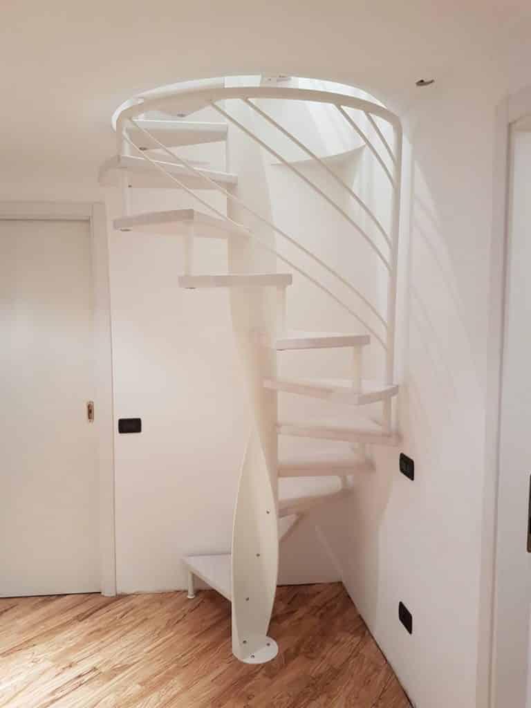 escalier moderne blanc en forme colimaçon