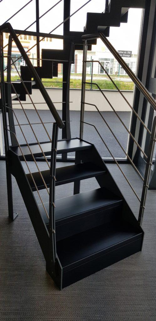 escalier en metal avec joli garde corps