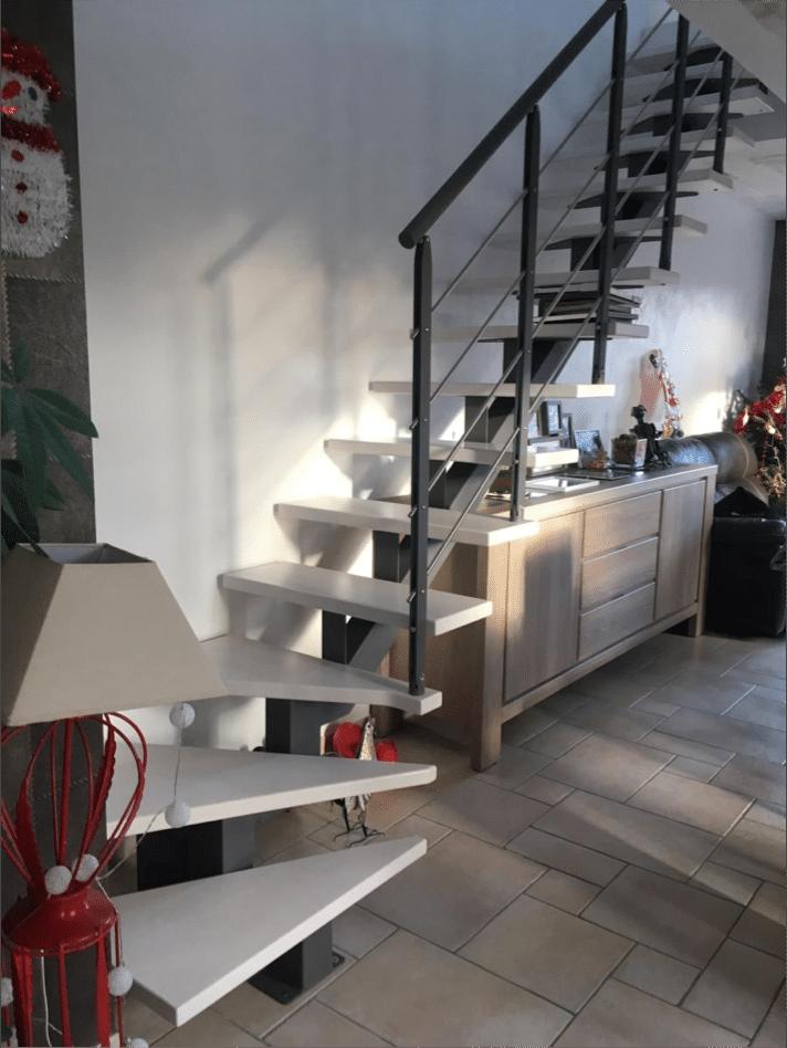 escalier limon central et marche en bois peinte
