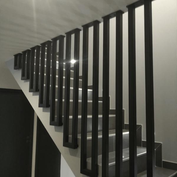 Garde-corps rampant sur un escalier intérieur en Béton